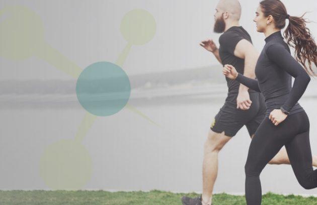 Arte quadrada com a fotografia de uma casal correndo e fazendo exercícios em uma praia