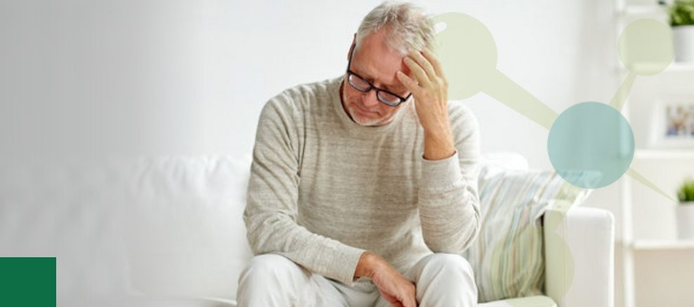 Arte quadrada com a imagem de um homem idoso, sentado e com a mão na cabeça tentando lembrar de algo